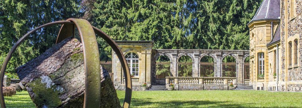 jardin et sculpture de l'abbaye de Laval-dieu